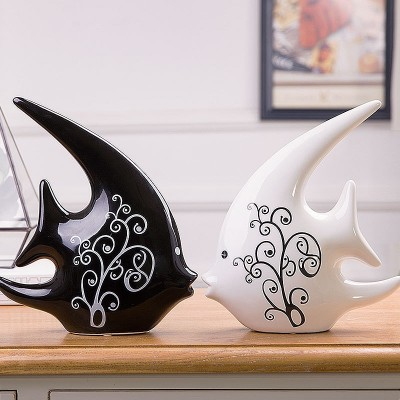 The living room decoration decoration Home Furnishing Bei cool creative gift ceramics black and white couple kiss fish