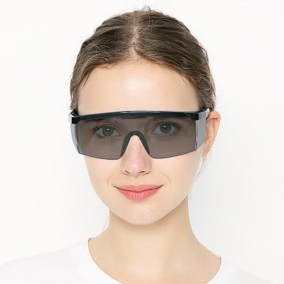 Protective eyepiece with strong light protection against the anti-dust storm and anti-dust and anti-ultraviolet spray and the safety glasses of the men and women